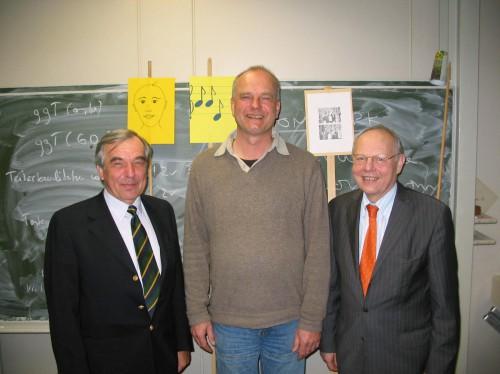 Der Vorsitzende des Kuratoriums, Prof. Dr. Burkhard Piltz (links), und Schulleiter Dr. Ulrich Engelen (rechts) verabschiedeten Lambert Austermann am Freitag im Kreise des Kollegiums (Foto: Oliver Rachner)