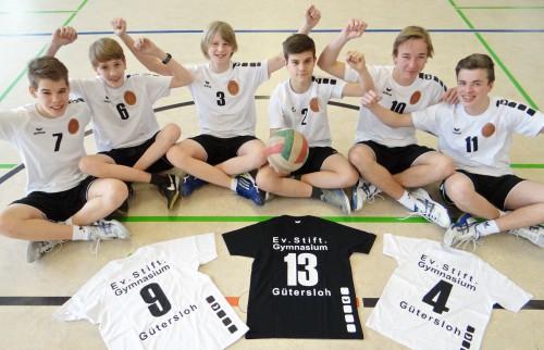 Unsere Volleyballer freuen sich über die neuen Trikots (Foto: Oliver Rachner)