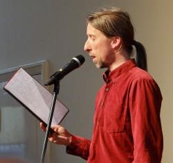 Rezitator Rainer Rudloff trägt die besten Texte vor (Foto: Iris Mülot)