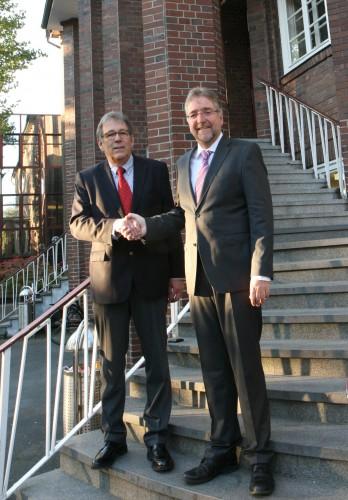 Schulleiter Friedhelm Rachner (links) gratuliert seinem designierten Nachfolger Martin Fugmann
