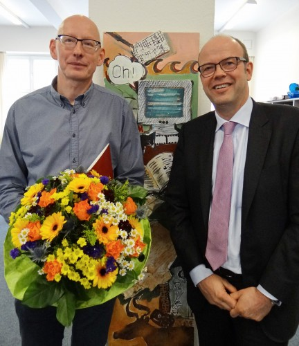 Wurde zum ständigen Vertreter des Schulleiters ernannt: Thomas Rimpel (links) mit Kuratoriumsvorsitzendem Fritz Husemann (Foto: Oliver Rachner)