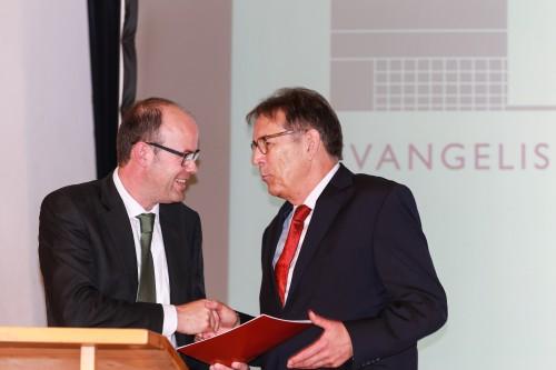 Der Vorsitzende des Kuratoriums, Fritz Husemann, dankt Friedhelm Rachner bei seiner Verabschiedung (Foto: Thomas Göhler)