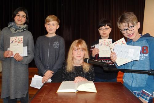 Schulsiegerin Inga Biermann im Kreise der Klassensieger (Foto: Oliver Rachner)